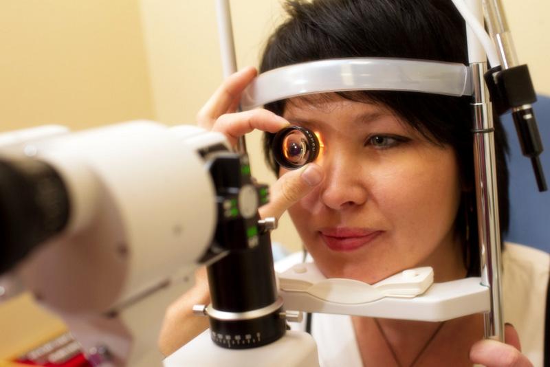 Анализ из глаза на вирусы и грибки. Врач офтальмолог, окулист